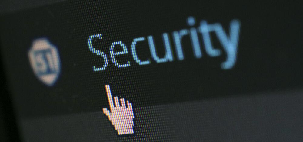 ディスプレイに映し出される「Security」の文字