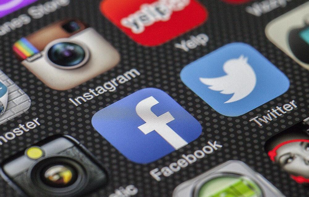 「Facebook」と「Twitter」アプリのアイコンが見えるスマホ画面