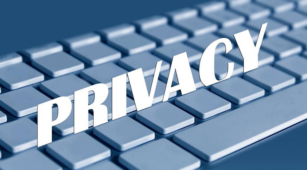 キーボードに立てかけた「PRIVACY」の文字