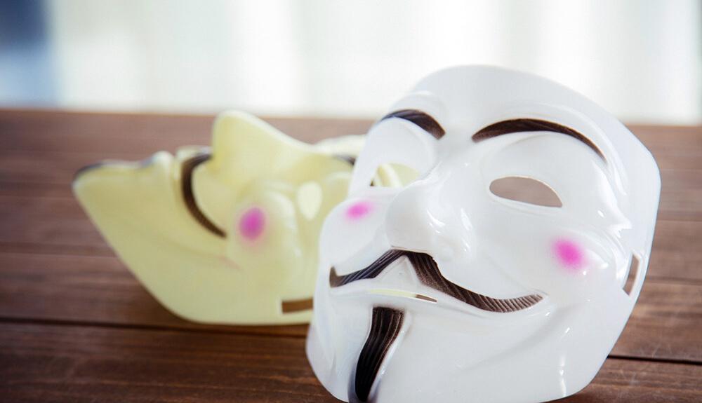 人の顔を隠す仮面の写真
