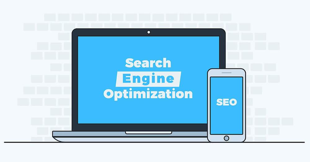 PCとスマートフォンに映し出される「Search Engine Optimization」の文字