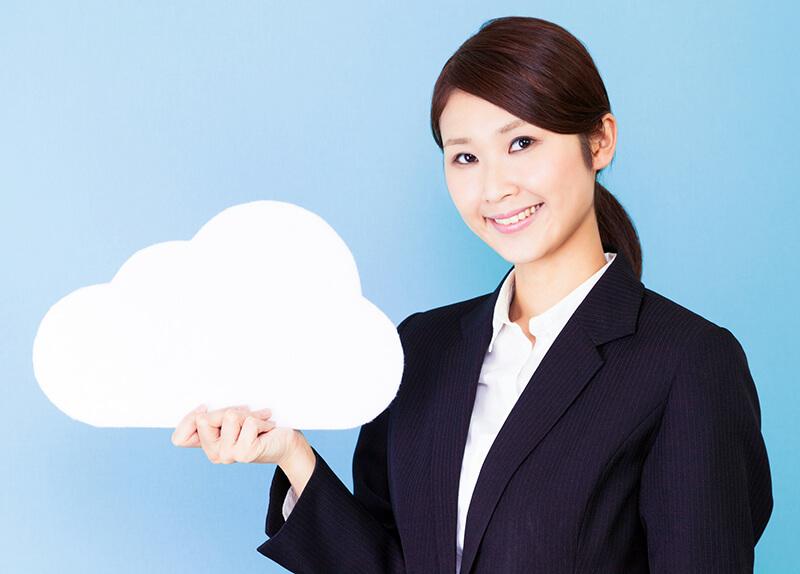 雲の形をした紙を手に持つ女性