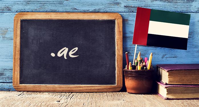 黒板に書かれた「.ae」の文字とUAEの国旗